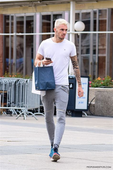 Casual Mens Look: Grey Joggers and Cool Sneakers – Fashion